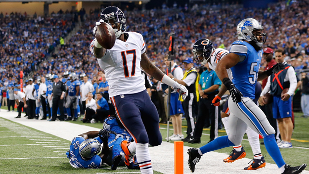 DETROIT, MI - NOVEMBER 27: Alshon Jeffery #17 of the Chicago Bears scores a first quarter touchdown in front of DeAndre Levy #54 of the Detroit Lions at Ford Field on November 27 , 2014 in Detroit, Michigan. (Photo by Leon Halip/Getty Images)